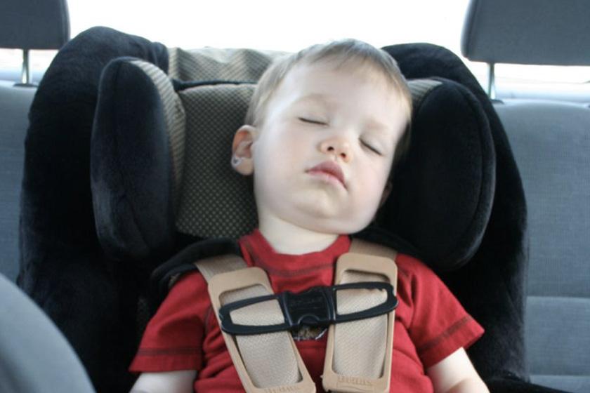 Mon enfant a le mal des transports : comment éviter les vomis en voiture ?