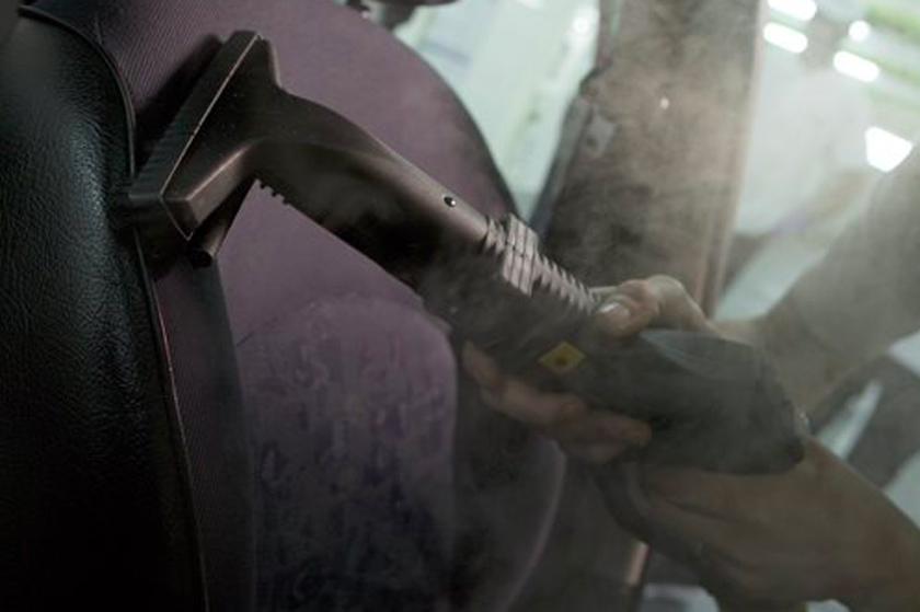 Nettoyer l'intérieur de sa voiture à la vapeur : ce qu'il faut savoir