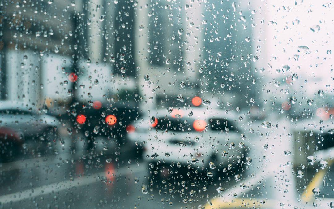Laver sa voiture sous la pluie: bonne ou mauvaise idée?